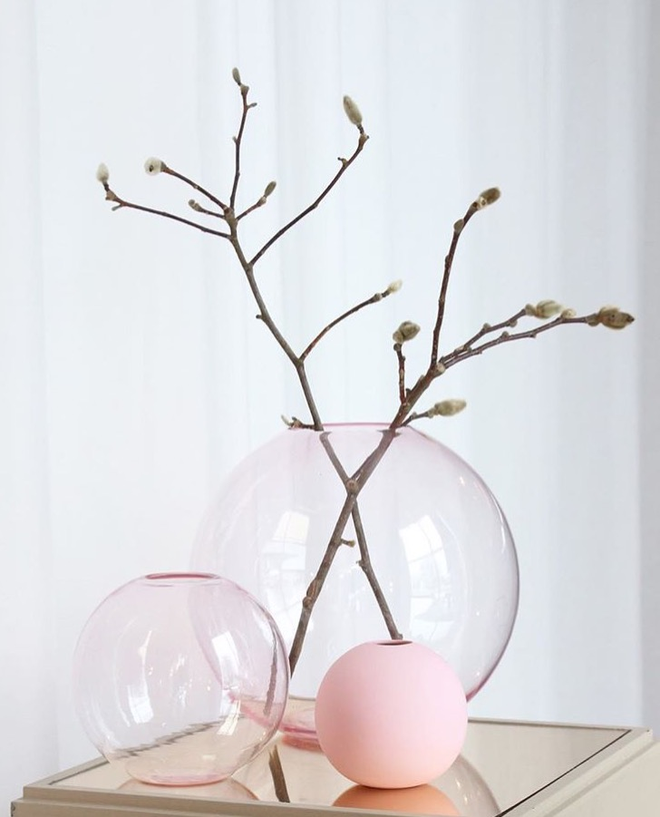 vaso in cristallO Ball Vase Glass prodotto dal brand svedese Cooee Design in collaborazione con la cristalleria Swedish Skruf  ambient rosa